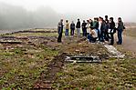 Besuchergruppe bei Resten einer ehem. Unterkunftsbaracke