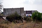 Barackenreste mit Hinweis auf Restaurierung
